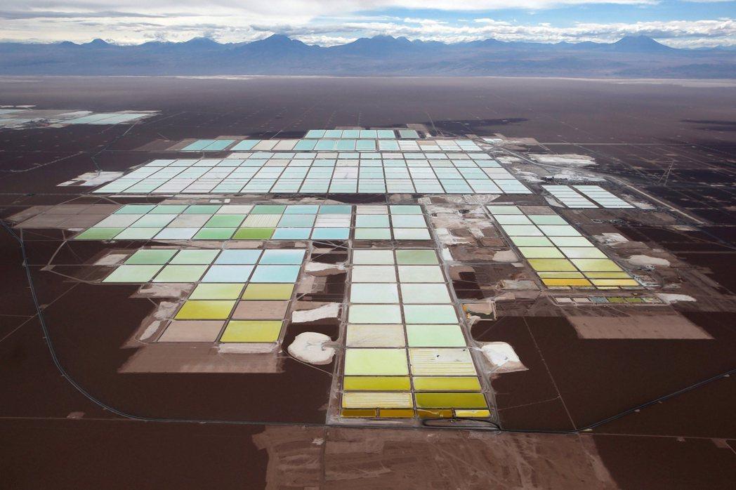 智利阿塔卡馬鹽沼的鋰礦廠。 圖/路透社