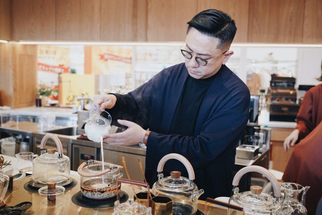 從小熱愛鍋煮奶茶的永心鳳茶執行長薛舜迪,在這回展店計畫裡,不想只侷限在製作不同口...