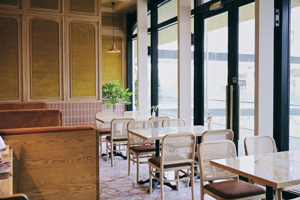 永心鳳茶「奶茶專門所」空間溫暖清新、延續選用老件家飾,打造自然光飲食空間。 圖/...