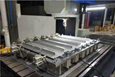 大型FSW設備加工,生產電動車電池托盤。 長鋒精機/提供