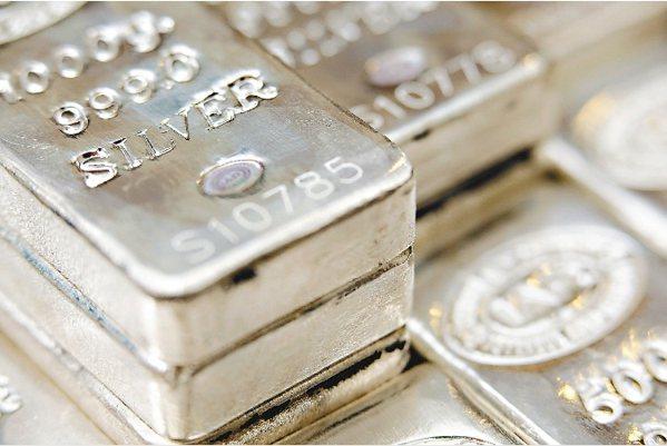 白銀雖然跟黃金一樣也有金融屬性,但其商品屬性更強。 (彭博)