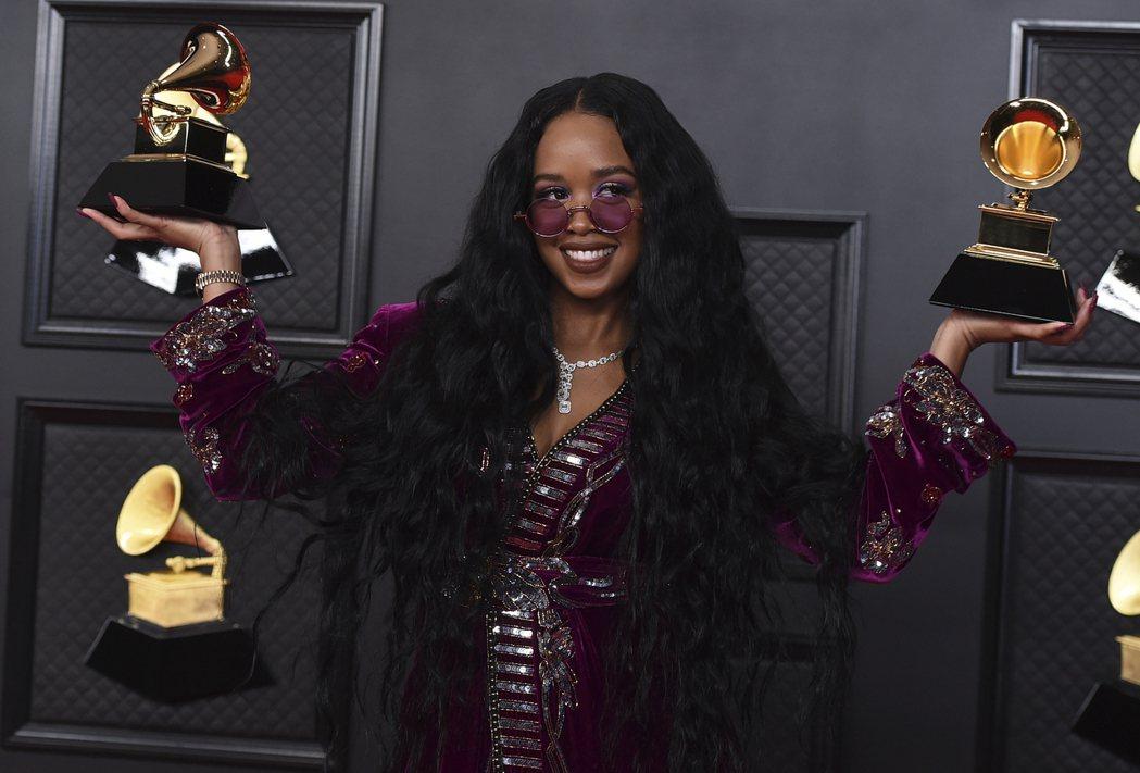 美國23歲節奏藍調創作女歌手H.E.R.以「我無法呼吸」一曲,拿下第63屆葛萊美