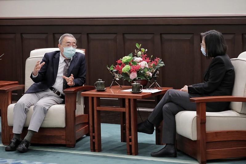 蔡英文總統(右)三月二日接見八大工商團體理事長,工總理事長、台塑集團總裁王文淵坐在離總統最近的位置。圖/總統府提供