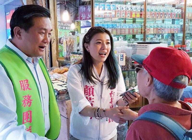 立委王定宇(左)陪同參選台北市議員黨內初選的顏若芳(中)掃街拜派票。圖/擷自顏若芳臉書