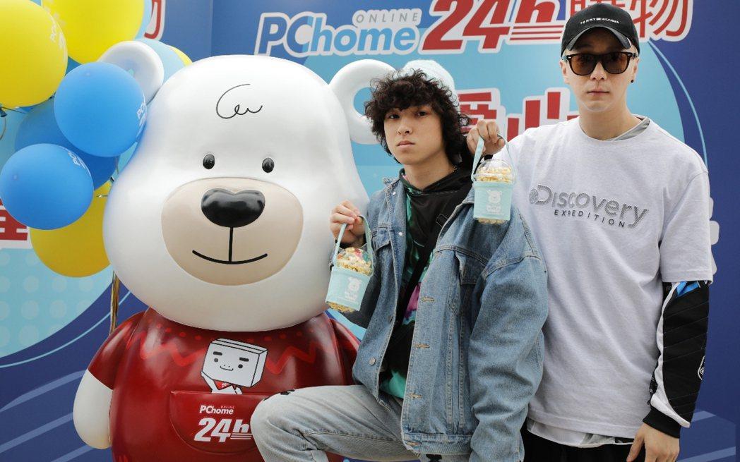 廖人帥(右)和YouTuber亞歷三小合體做公益。圖/PChome提供