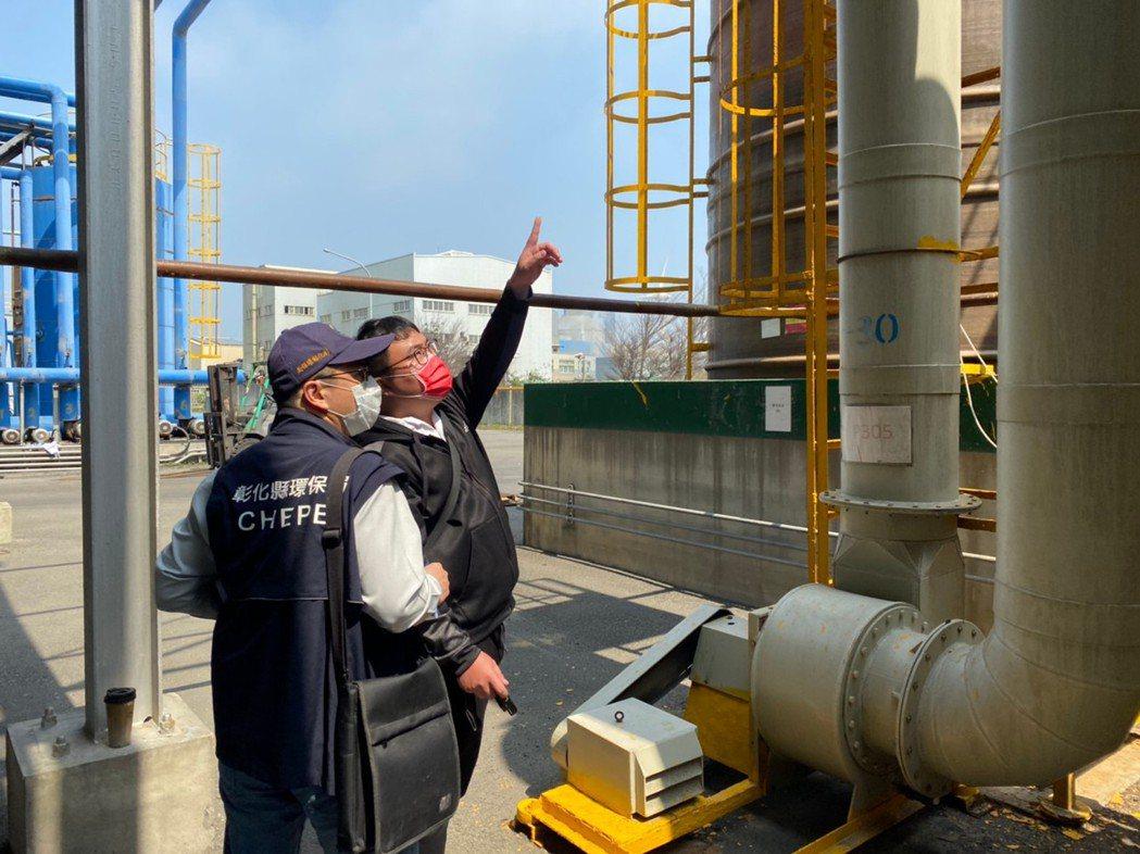 位在彰濱線西區的一家化工廠因空氣汙染防制設備故障,被環保人員稽查有違法排放含揮發...