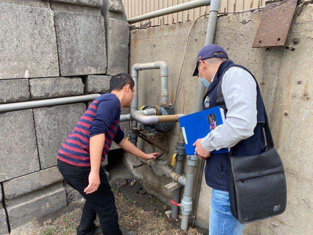 環保局稽查人員查獲線西鄉一家預拌混凝土粒料堆置場,在空汙期間,有空氣汙染情事。照...