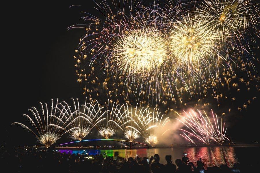 「海上花火節」是澎湖一年一度重大觀光盛事。(照片提供:雄獅旅遊)