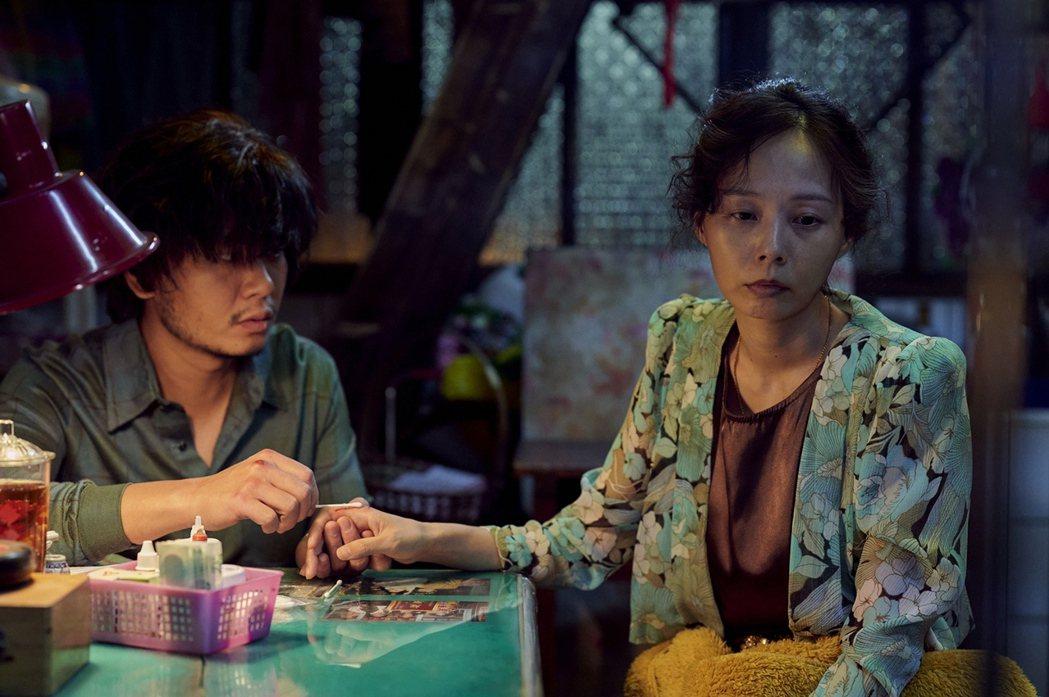楊大正(左)、孫淑媚在「天橋上的魔術師」中全是夫妻。圖/公視、myVideo提供
