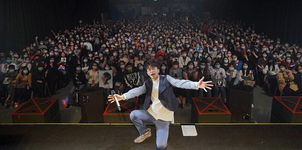 光良舉辦「絕類」新歌首唱會,笑稱感覺像皇帝擁後宮佳麗三千。圖/星娛音樂提供