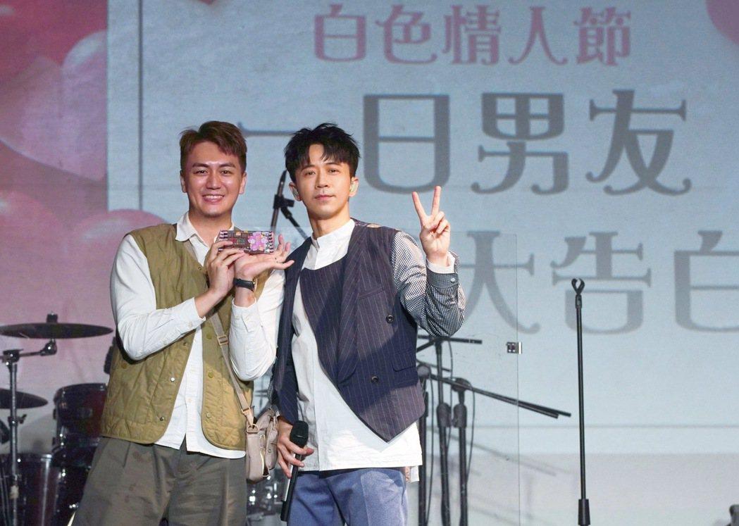 光良(右)配合主題向已婚人氣YouTuber「泰辣」表白。圖/星娛音樂提供