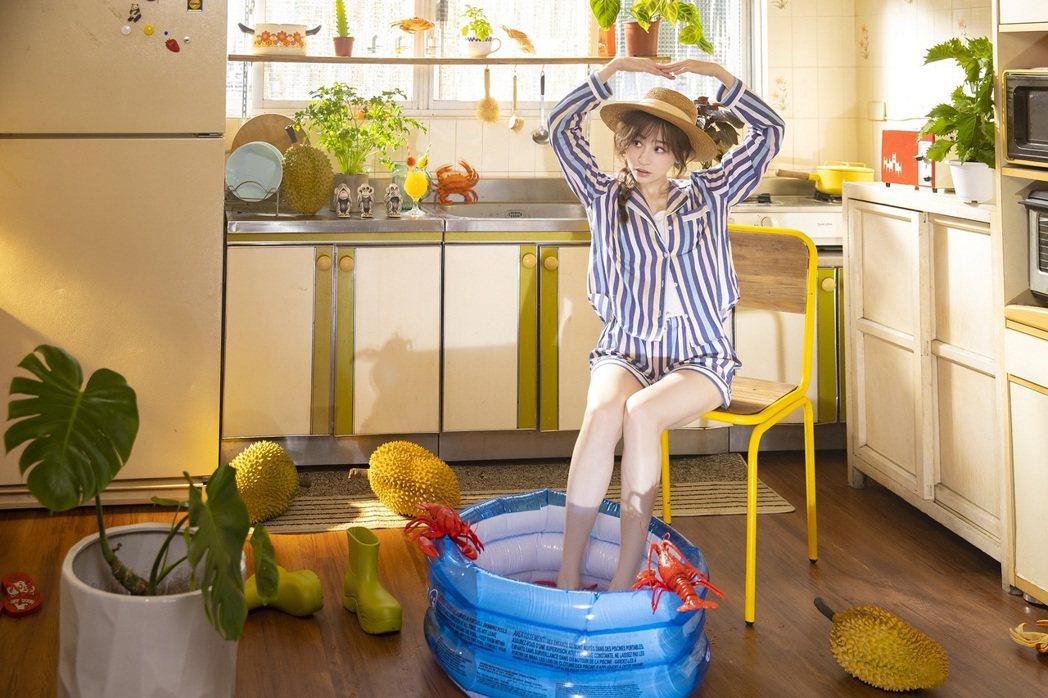 王心凌在新歌「心靈的冒險」MV假裝曬日光浴。圖/環球音樂提供