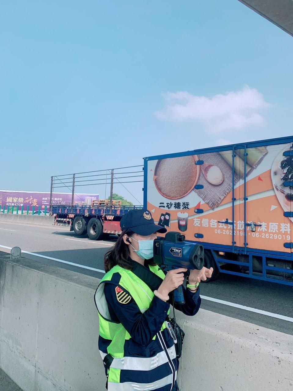 台南市交通大隊分析,去年全市死亡車禍,肇因都與駕駛人行車速度過快有關,提醒民眾減...
