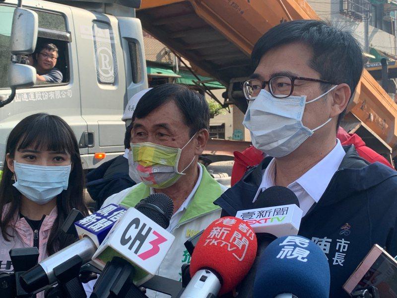 高雄市長陳其邁(右)在視察鳳山路平時受訪表示,尊重黃捷(左)的考量,如果報案,警方會盡速來查。記者徐如宜/攝影