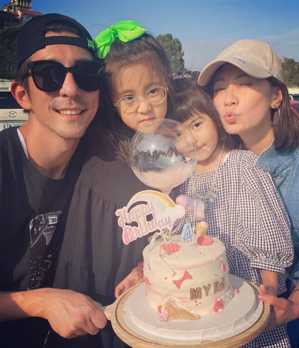 賈靜雯(右起)一家人野餐幫波妞過4歲生日。圖/摘自臉書