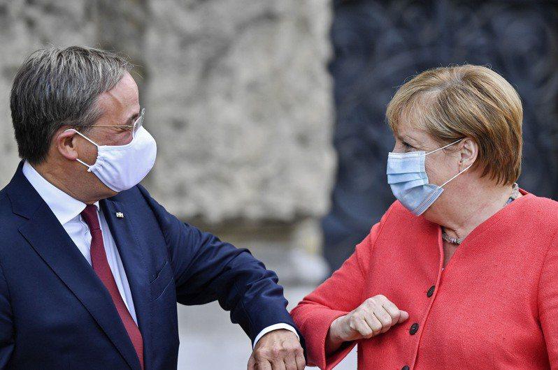 德國總理梅克爾(右)的接班人、基民黨黨魁拉謝特(左)出師不利,基民黨在西南部兩邦的地方議會選舉大敗。美聯社