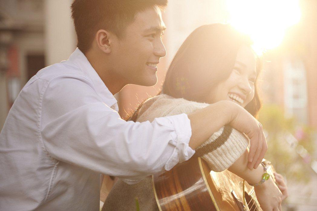 盧以恩(右)與羅士齊在「天橋上的魔術師」飾演繾綣愛戀卻備受考驗的情侶。圖/公視、...
