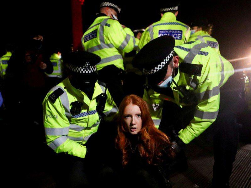 倫敦警方13日晚間在倫敦克拉芬公園,逮捕部分參加為夜歸遇害女性艾佛厄特守夜祈禱的女性,引發國內強烈批評。路透