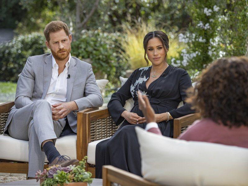 英國哈利王子(左)與妻子梅根(中)接受美國脫口秀名主持人歐普拉(右)專訪。美聯社