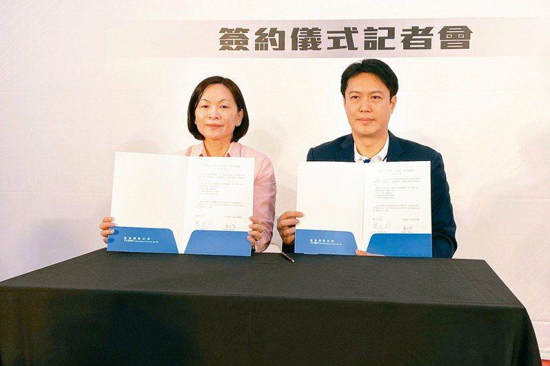 北市大校長戴遐齡(左)和展逸國際企業董事長張憲銘簽署合作。記者曾思儒/攝影