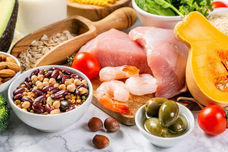 癌症營養的補充原則,就是高熱量高蛋白、適量的醣類及EPA等好的油脂攝取。 報系資...
