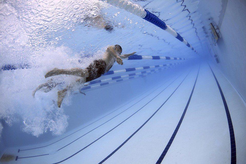 游泳是可以達到全身性瘦身的最佳運動之一。 圖/pixabay