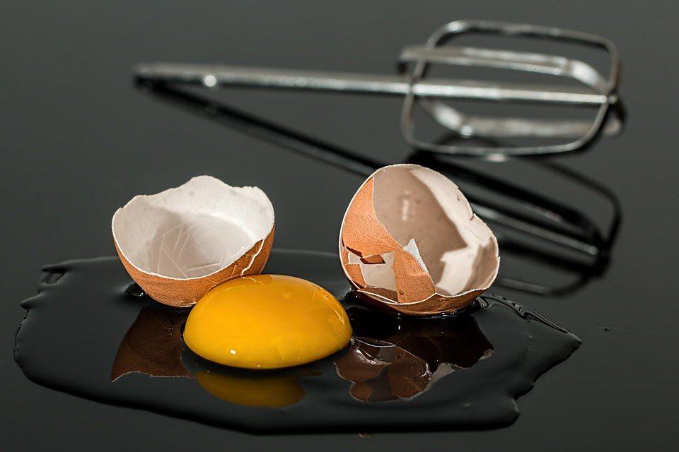 為避免罹患高膽固醇血症,民眾日常飲食勿攝取過多熱量,應避免高鹽、高油飲食。 圖/...