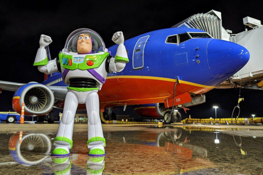 巴斯光年在機場「出任務」。圖/取自facebook@SouthwestAir