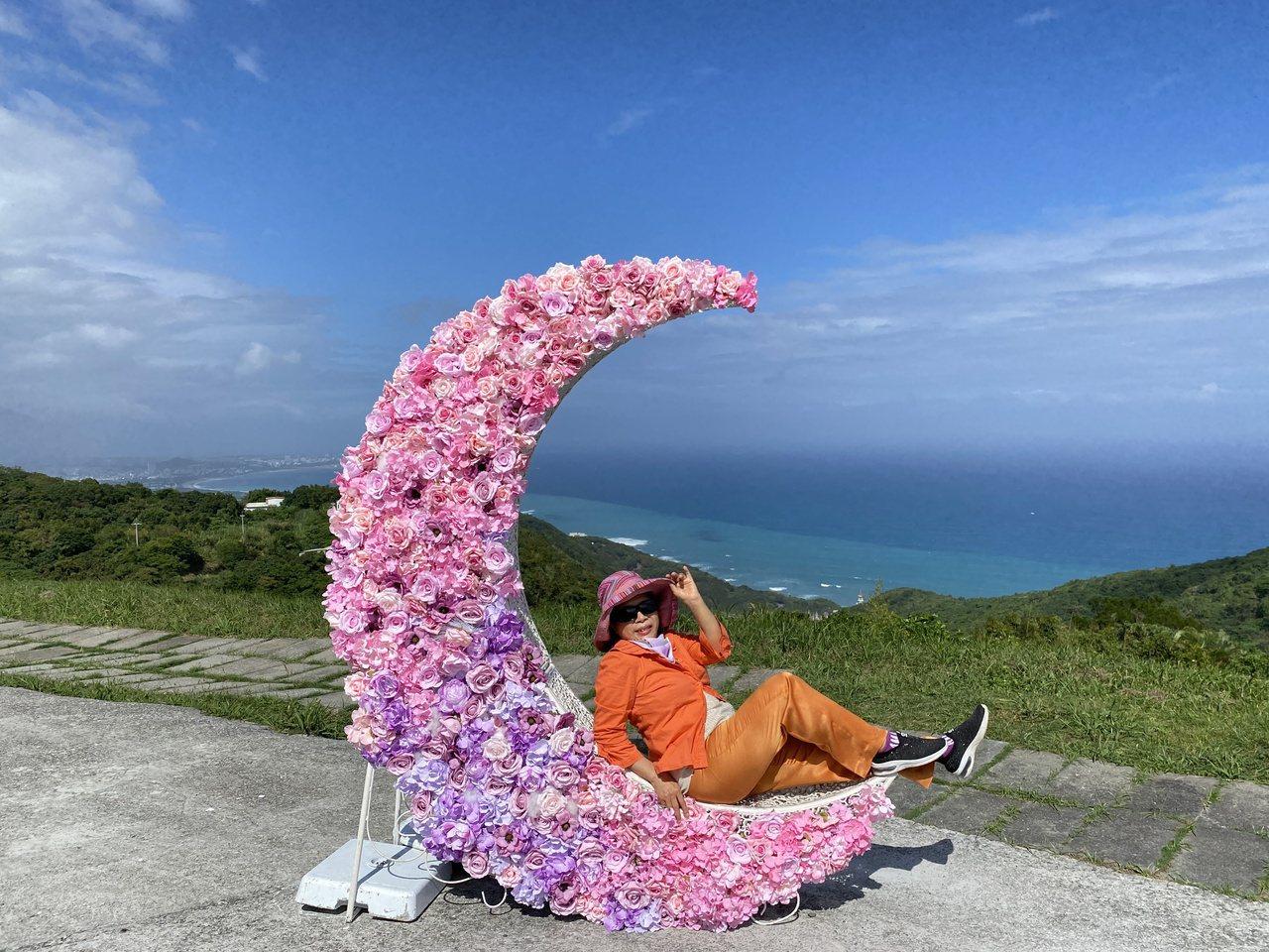花蓮景觀玻璃屋設有造景藝術品,吸引遊客拍照留念。 圖/王思慧 攝影