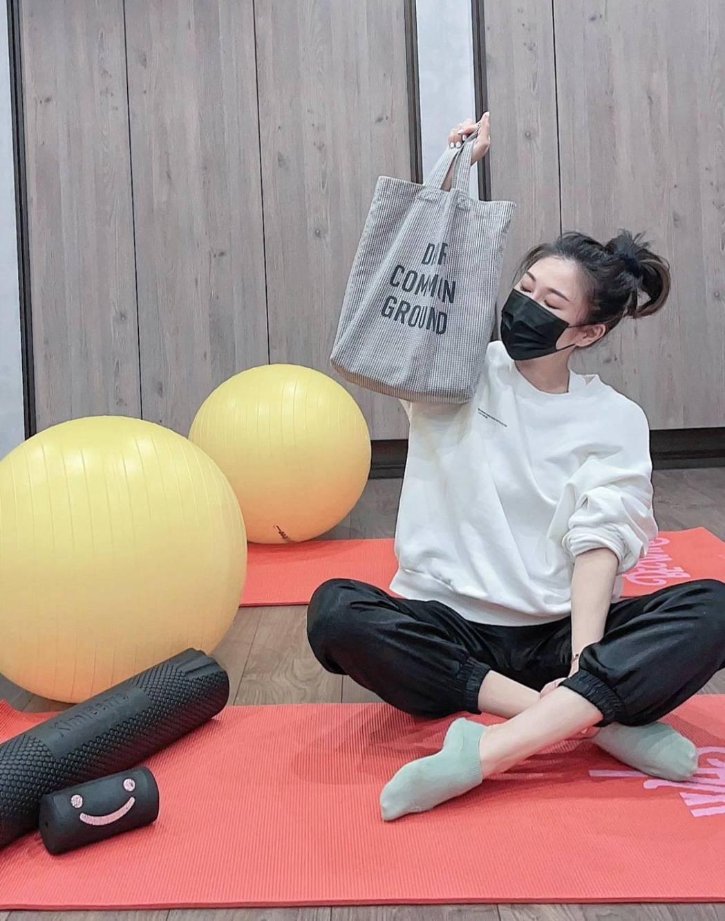 KIMIKO將隨身包包遺忘在健身館大廳的沙發上。 圖/擷自KIMIKO臉書