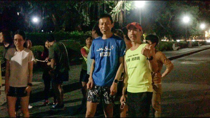 陪跑員與視障者在開始練跑前開心合影。  圖/劉宥均攝影