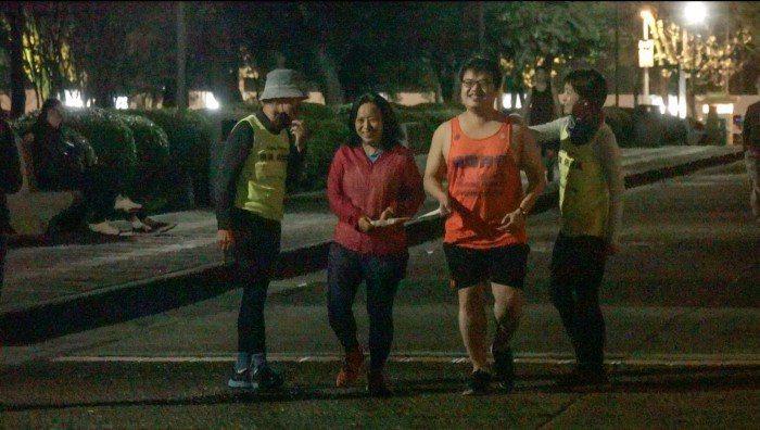 視障者與陪跑員認真練習跑步。 圖/劉宥均攝影