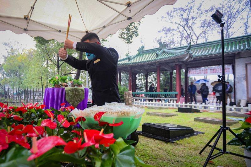 清明連假即將到來,不少民眾已經開始準備掃墓祭祖的事宜。 中新社
