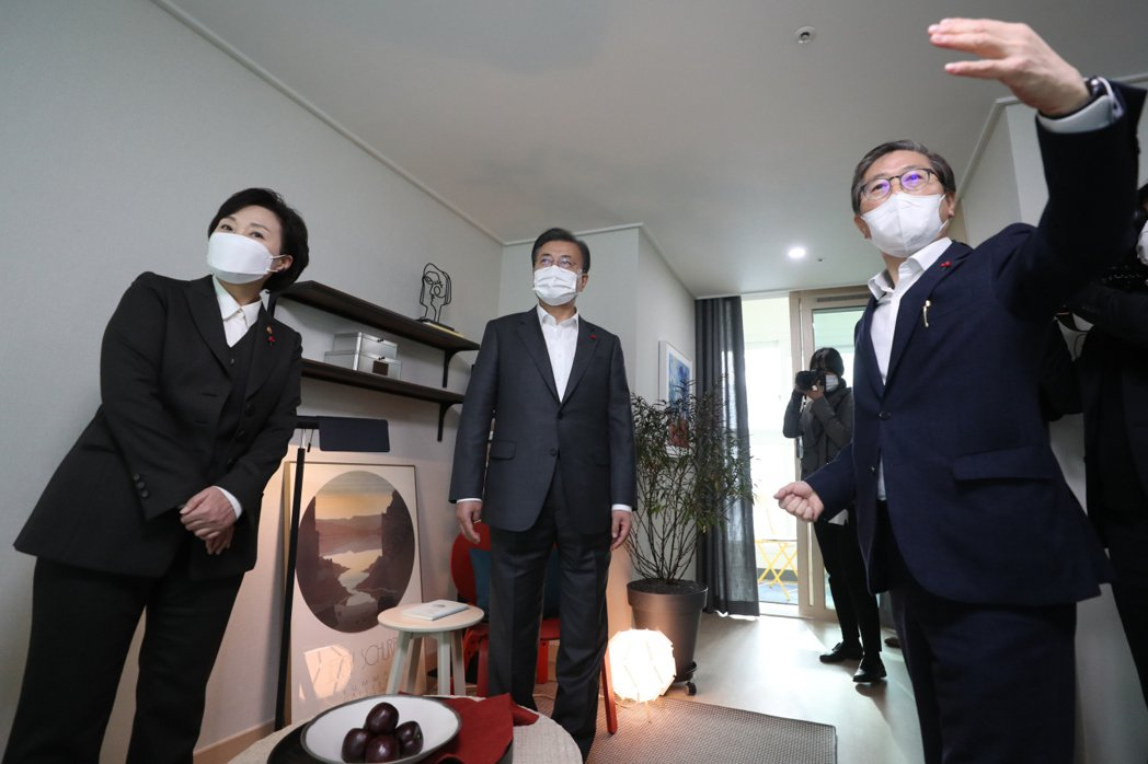 2020年參觀LH公宅的文在寅(中),圖左是前國土交通部長金賢美,在2020年1...