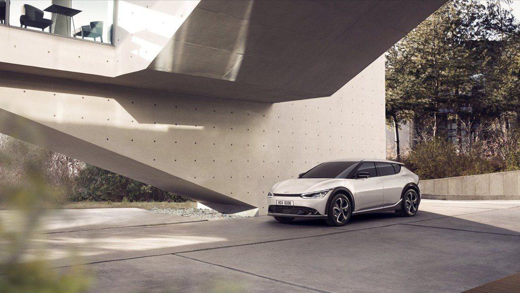 全新Kia EV6為品牌首款建構於集團E-GMP全球電動車模組化底盤平台之上的電...