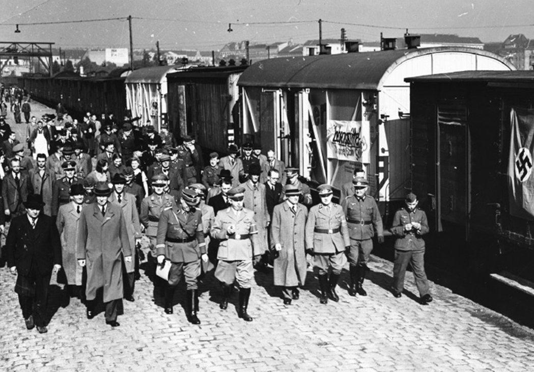 火車側邊懸掛旗幟上寫著「第一批糧食:烏克蘭/柏林」儘管沒收了來自烏克蘭的糧食,但...
