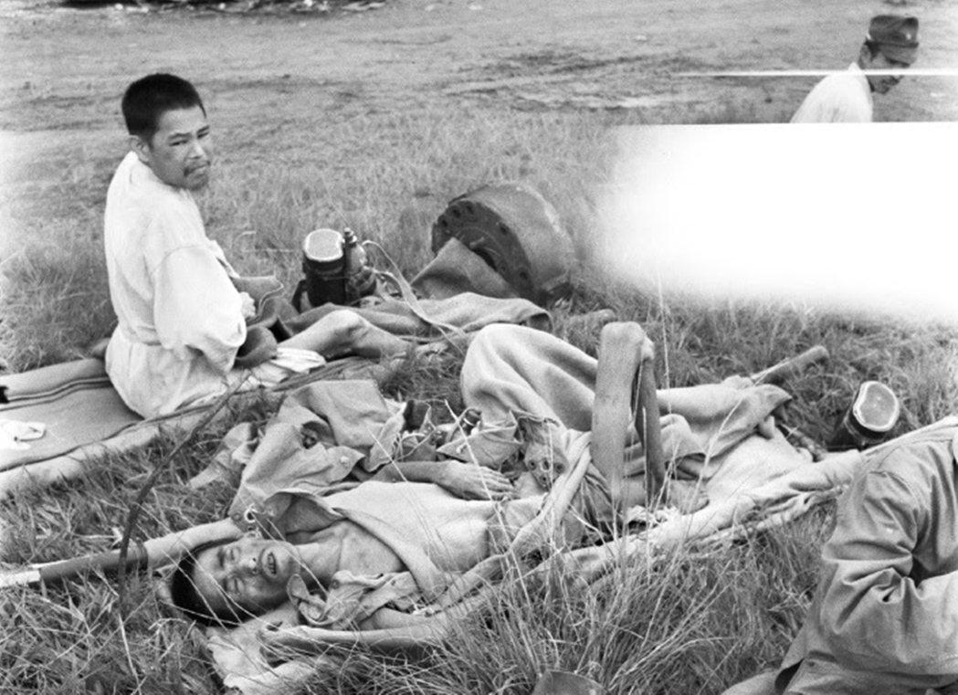 1945年10月,在婆羅洲山打根(Sandaken)地區的幾名飢餓日本士兵,正要...
