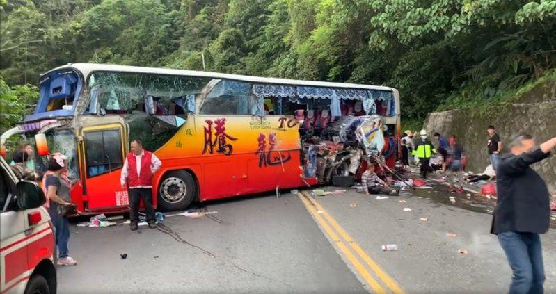 蘇花公路遊覽車自撞山壁,造成5人OHCA、30餘人受傷。圖/讀者提供