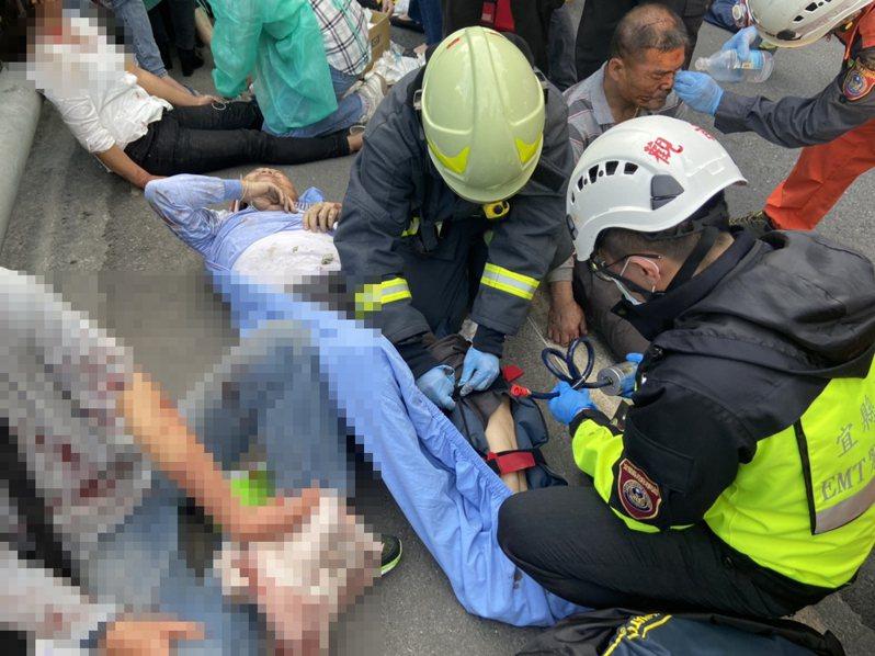 遊覽車自撞山壁釀5命危,疑似煞車失靈轉彎失控肇禍。圖/消防局提供