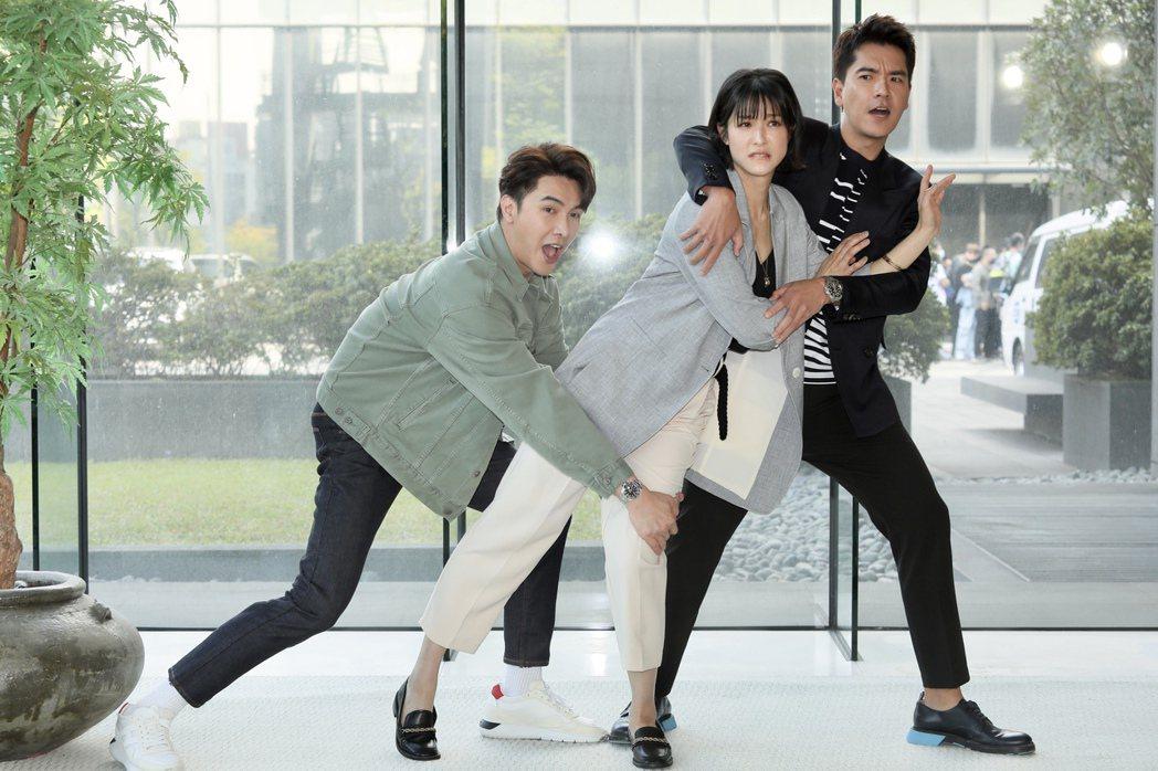 左起謝佳見、賴雅妍、王傳一出席三立《三隻小豬的逆襲》第一波卡司發布。記者李政龍/...