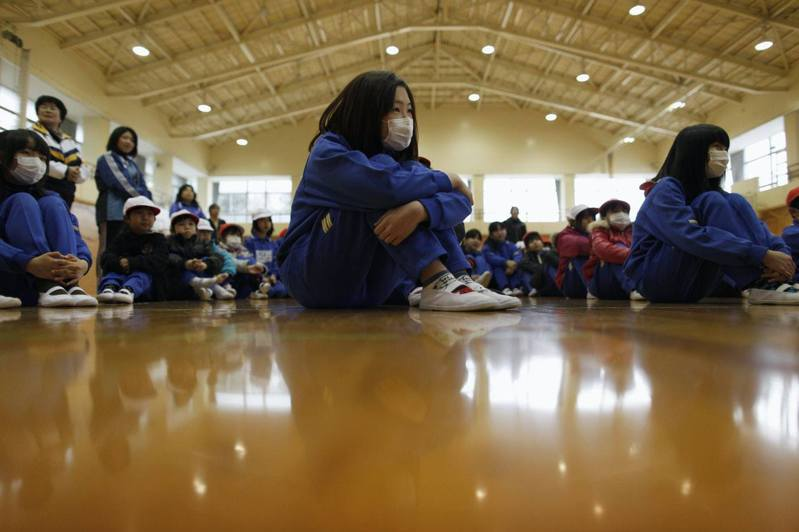 圖為2012年3月,福島南相馬市一間小學的體育館。(路透社)