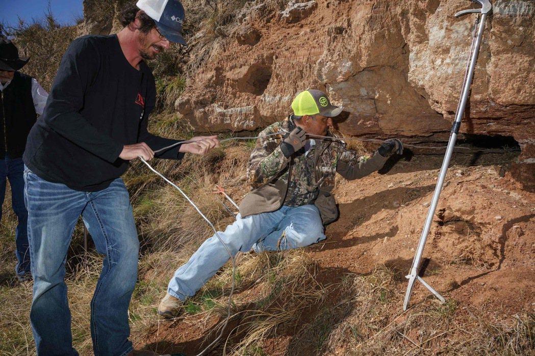 圖為3月14日在德州斯威特沃特舉行的「響尾蛇圍捕」活動中,捕蛇者往洞穴噴灑氣體以...