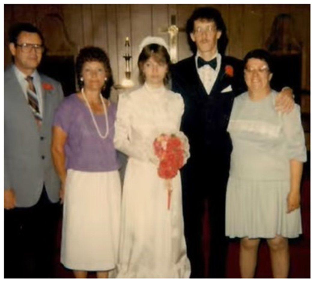麗莎在18歲時就被母親強迫嫁給自己的繼兄卡爾‧波曼(Carl Boman),婚後...
