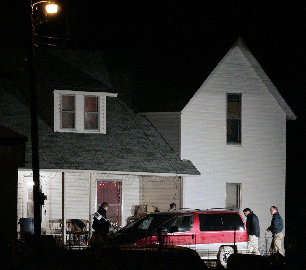 2004年12月17日星期五,警方在堪薩斯州梅爾文(Melvern)附近的一所房...