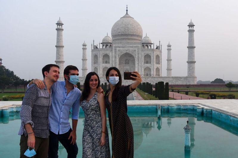 印度政府決定調漲世界文化遺產泰姬瑪哈陵的門票票價,印度和外國遊客要完整參觀泰姬瑪哈陵,必須支付480盧比(新台幣186.96元)和1600盧比(新台幣623.21元)。 法新社