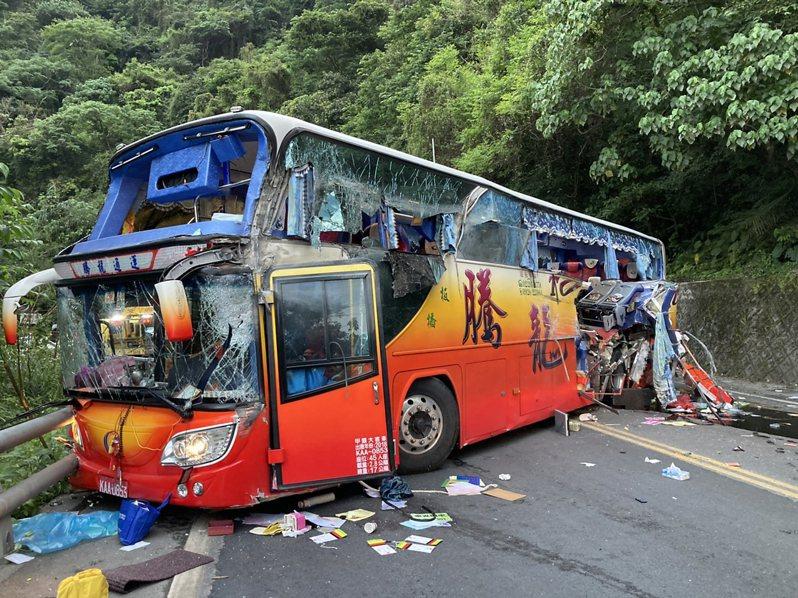 一輛國旅團遊覽車今天下午4時35分,在台9線蘇花公路115公里處撞山壁,造成5人死亡、多人輕重傷。圖/讀者提供