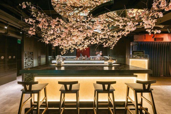 Bar Weekendにある桜が飾られた席に座ると日常を忘れることができます。