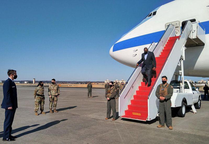 美國國防部長奧斯丁(右二)十五日抵達東京駐日美軍橫田基地。(法新社)