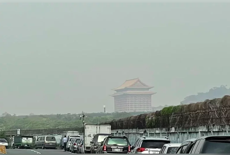 台北市環保局提醒,台北市空品預測AQI指標,今有機會大於150以上,屬對所有族群不健康紅色等級。本報資料照片