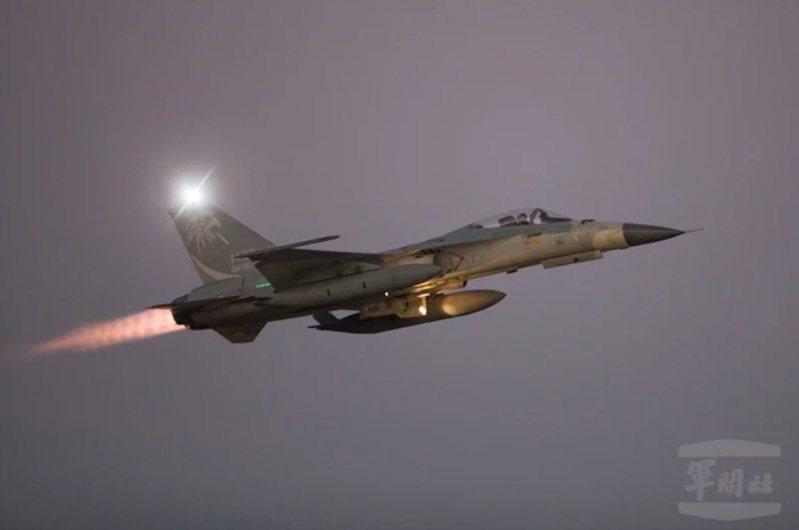 共機擾台次數頻繁,國內部分軍用機場夜半經常有戰機緊急升空反制共機,地方經常傳出里長要為戰機緊急升空產生的音爆安撫民眾。圖為示意。圖/軍聞社